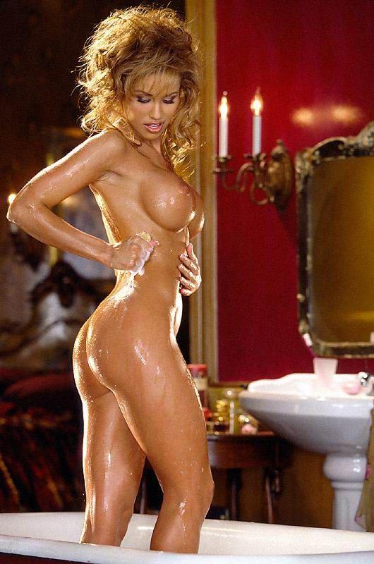 Красивая девушка пускает пузыри в ванной # 06