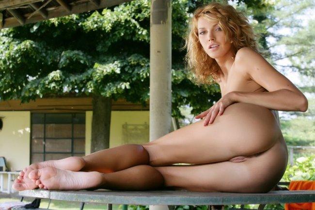Обнаженная блондинка на качелях - эротические фото # 00