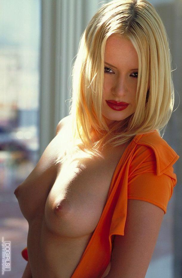 Красивая блондинка с ярко-красными губами. Эротические фото # 02