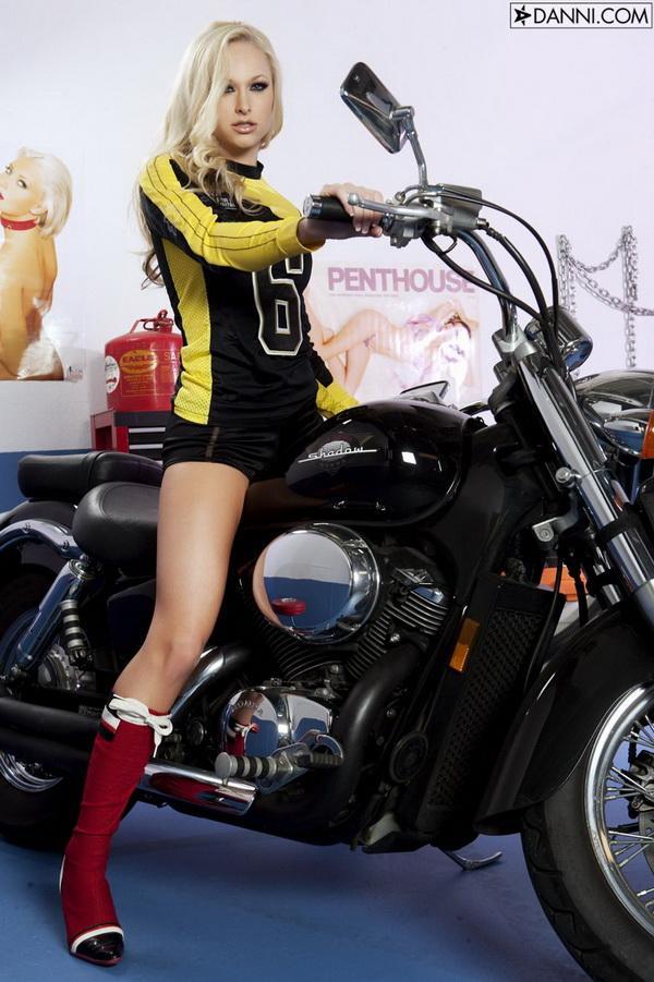 Фотографии красивой обнаженной блондинки на мотоцикле