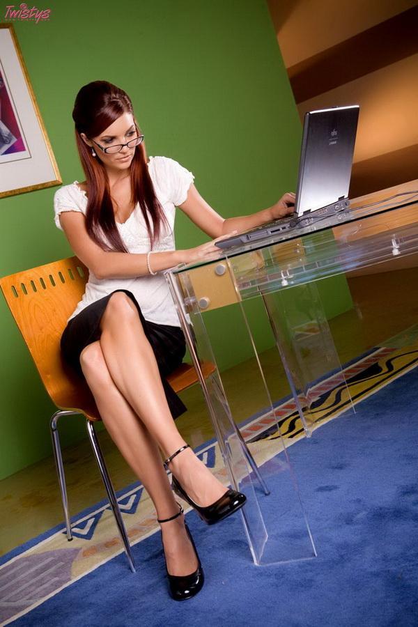Соблазнительная секретарша в короткой юбочке # 01