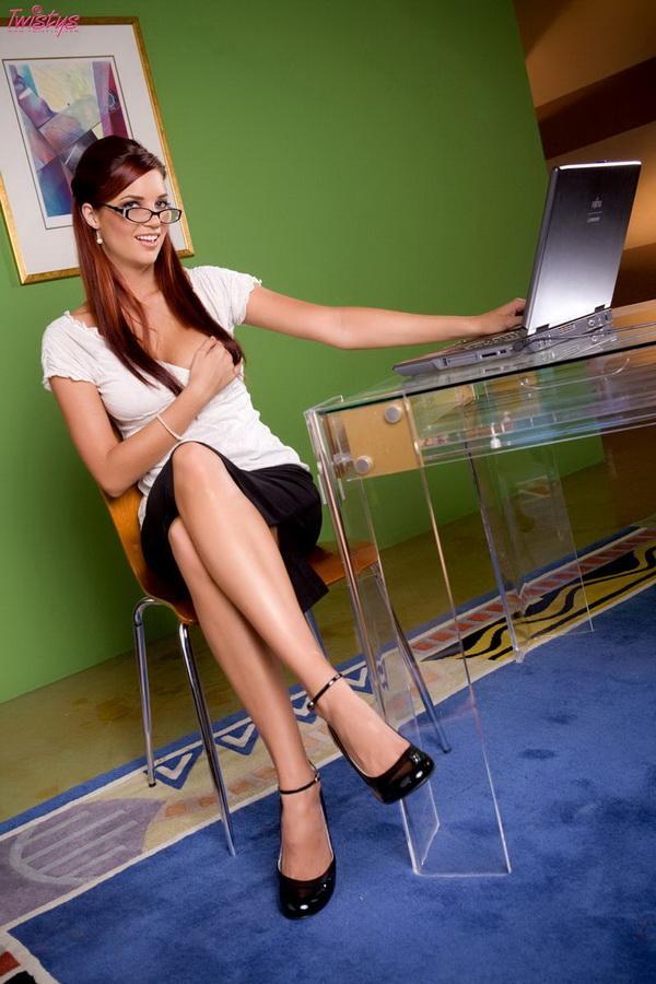 Соблазнительная секретарша в короткой юбочке # 02
