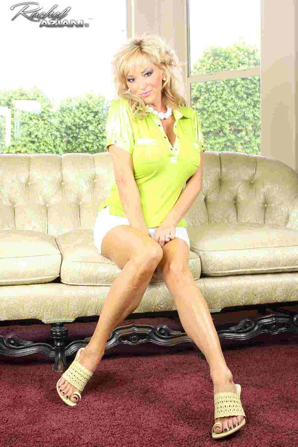 Красивая женщина на диване