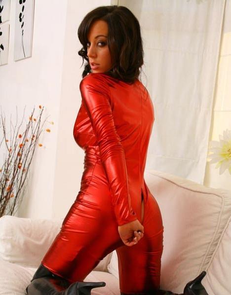 Брюнетка в красном. Эротические фото