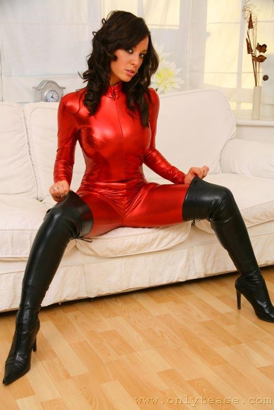 Брюнетка в красном. Эротические фото # 05