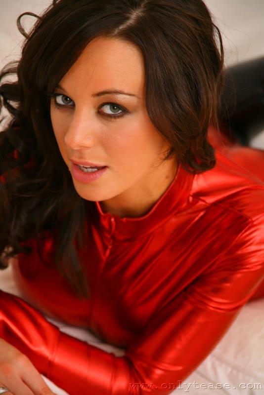 Брюнетка в красном. Эротические фото # 06