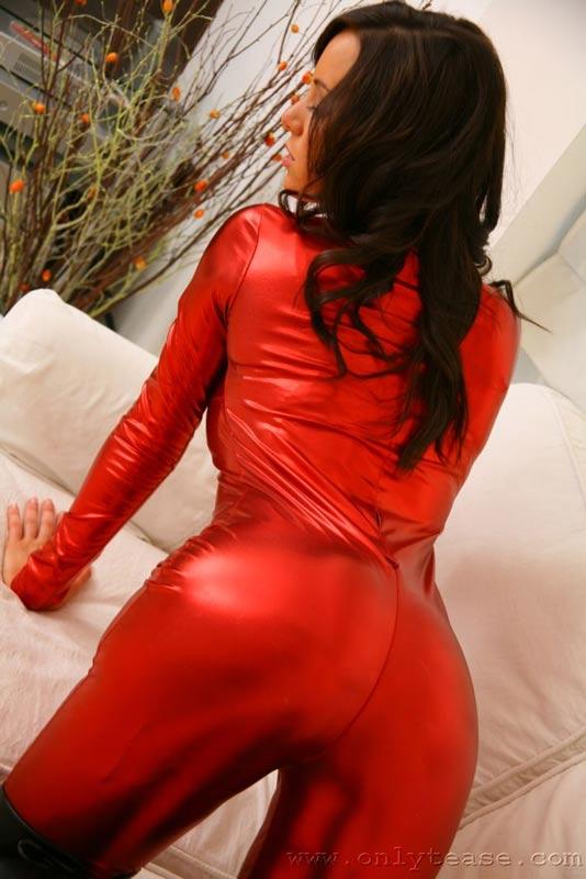 Брюнетка в красном. Эротические фото # 07