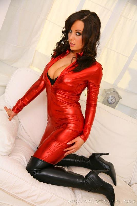 Брюнетка в красном. Эротические фото # 11