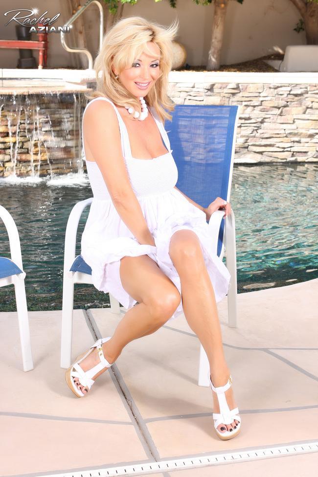 Блондинка в белом у бассейна