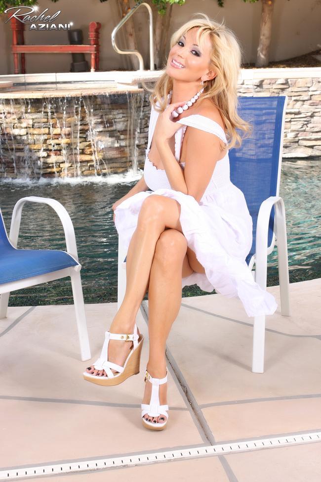Блондинка в белом у бассейна # 04