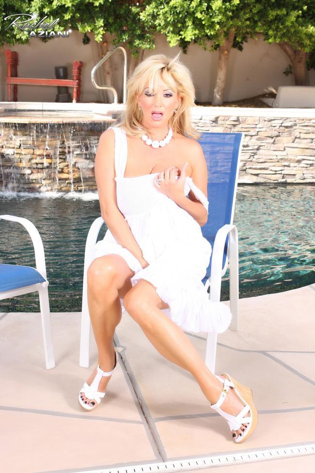 Блондинка в белом у бассейна # 06