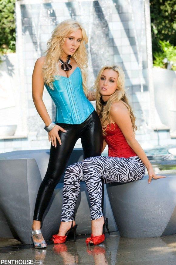 Две сексуальные блондинки у фонтана - лучшие эротические фото # 01