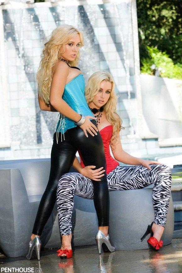Две сексуальные блондинки у фонтана - лучшие эротические фото # 02