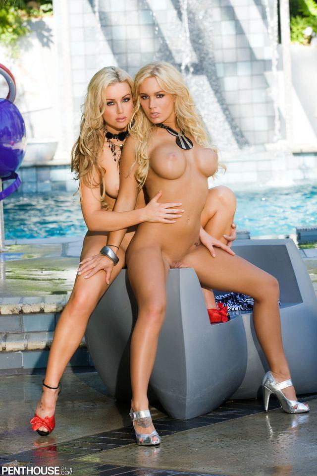 Две сексуальные блондинки у фонтана - лучшие эротические фото # 09