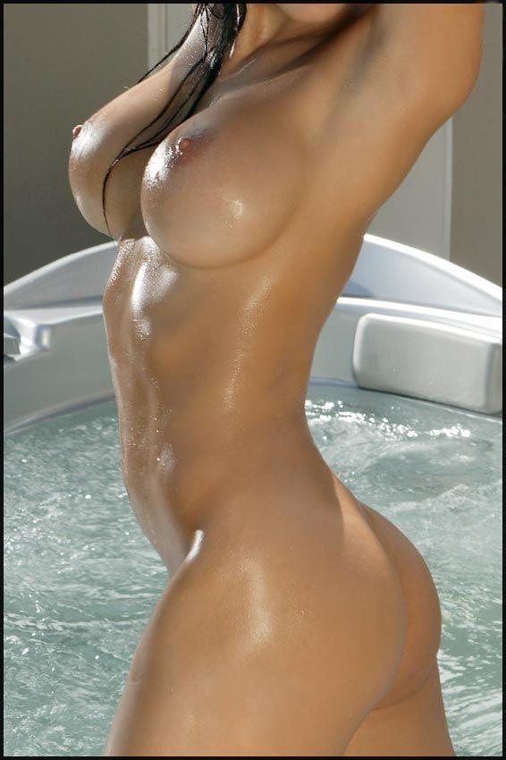 Сексуальные фото брюнетки, принимающей ванну # 14