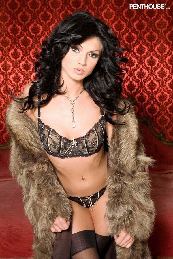 брюнетка в эротической одежде фото