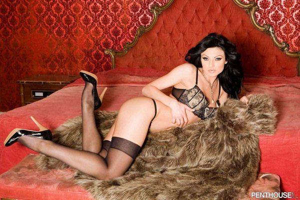 красавица - брюнетка в эротической одежде # 05