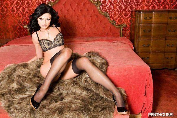 красавица - брюнетка в эротической одежде # 08