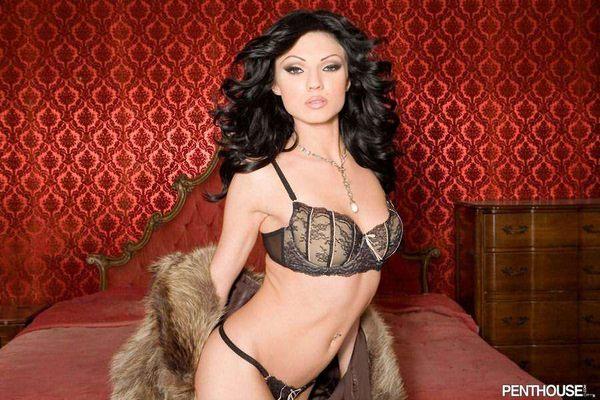 красавица - брюнетка в эротической одежде # 11
