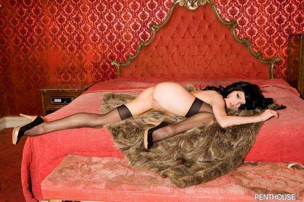 красавица - брюнетка в эротической одежде # 12