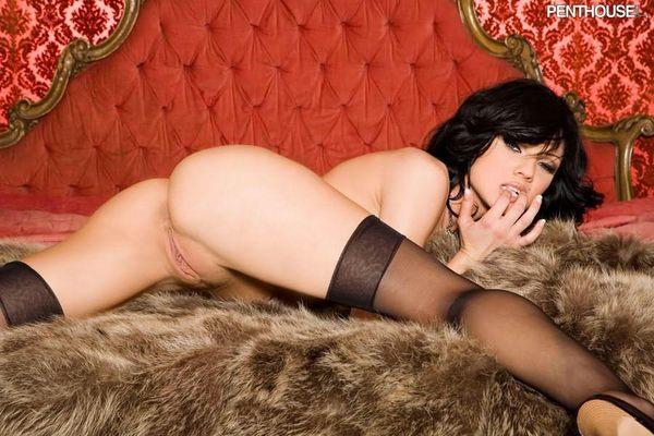 красавица - брюнетка в эротической одежде # 14