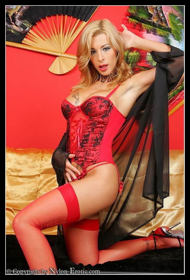 девушка в красном # 01