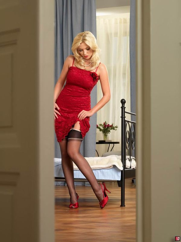 блондинка показывает свои ножки  # 01
