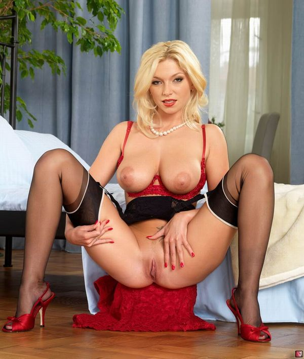 блондинка показывает свои ножки  # 09